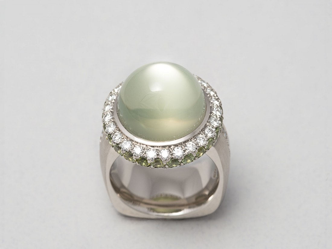 Ring in Platin, Mondstein, Diamanten, Demantoide
